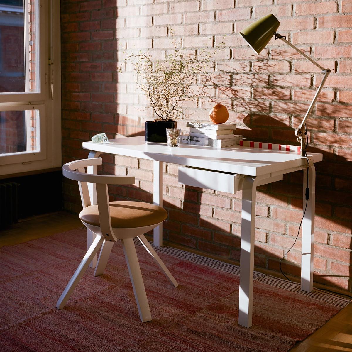 tisch 80 von artek. Black Bedroom Furniture Sets. Home Design Ideas