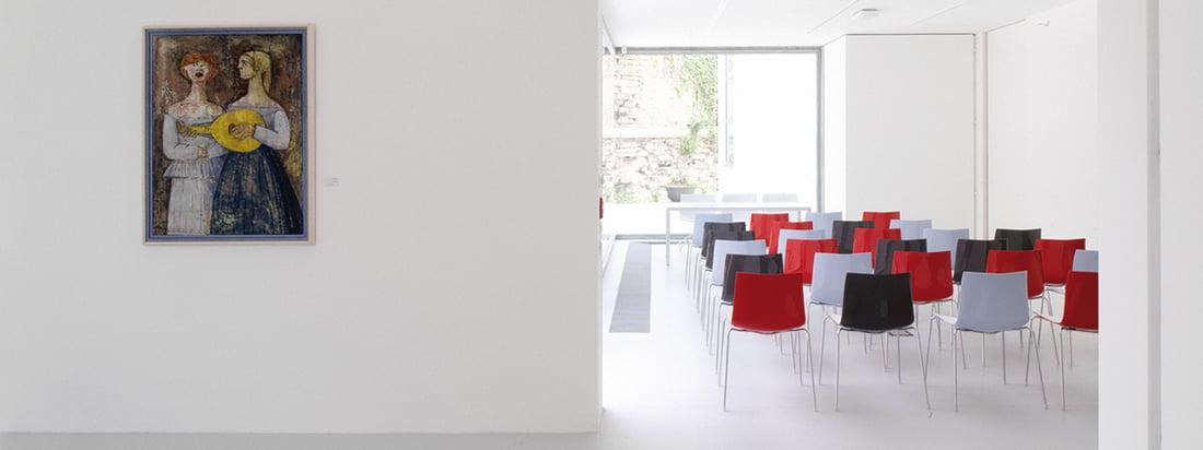 Der Hersteller Arper produziert Möbel wie den Catifa 46 Stuhl. Der moderne Stuhl eignet sich gut als Sitzgelegenheit für ein grösseres Publikum bei Veranstaltungen.