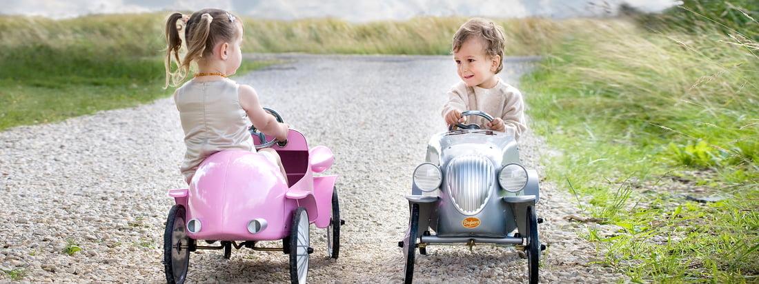 Ob Tretauto oder Rutschauto - Baghera begeistert mit Oldtimer Autos für Kinder wie dem Speedster Rutscher in Rosa. Das Design erinnert an Autos von vor 100 Jahren.