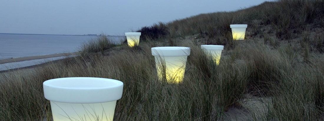 Der niederländische Hersteller Bloom! sorgt mit dem Pot Blumentopf für eine gemütliche Atmosphäre in der Abenddämmerung. Der weisse Blumentopf verfügt über eine integrierte Lampe.