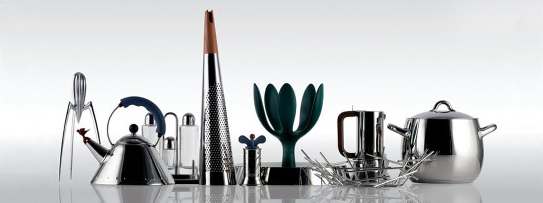 Produkte vom italienischen Hersteller Alessi wie Wasserkessel. Pfeffermühle und Obstkorb im Design-Shop kaufen. Entdecken Sie Küchenutensilien aus glänzendem Edelstahl.