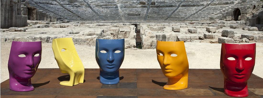 Driade ist eine italienischer Möbel-Hersteller. Charakteristisch für den Nemo Sessel ist die bunte, an eine Theatermaske erinnernde Gesichtsform mit leeren Augen.