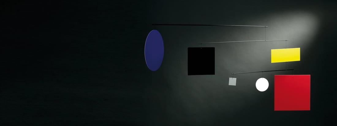 Flensted Mobiles stellt dekorative Mobiles her. Den Raumschmuck gibt es in verschiedenen Designs: An dem Guggenheim Mobile Circle Square hängen bunte, geometrischen Formen.