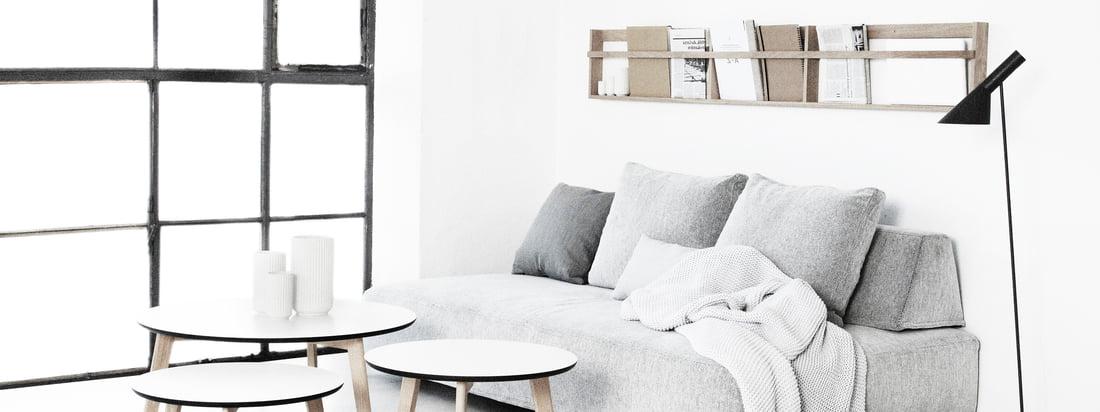 Das dänische Designunternehmen Foxy Potato stellt hochwertige Möbel her. Der Beck Coffee Table, der Beck Beistelltisch und der Vega Zeitschriftenhalter passen gut in ein helles Wohnzimmer.