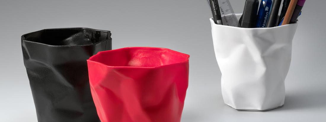 Der dänische Hersteller Essey ist bekannt für seinen Bin Bin Papierkorb. Der Plastikkorb verblüfft mit einer Knitteroptik, die an zerknülltes Papier erinnert.