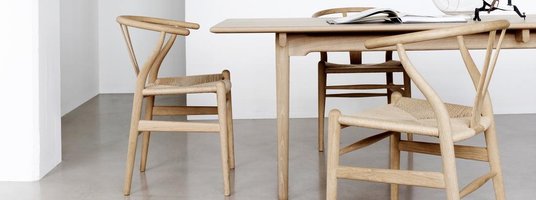 Der Hersteller Carl Hansen & Søn verkörpert dänische Handwerkskunst. Der CH24 Wishbone Chair besteht wie die anderen Möbel aus hochwertig verarbeiteten Holz.