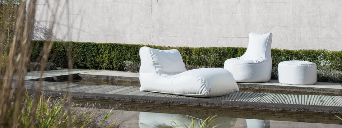 Sitting Bull stellt bequeme Möbel für den Outdoor-Bereich her, darunter den Chill Sitzsack, den Shell Hocker und die Relaxer Liege. In Weiss wirken die Sitzobjekte besonders edel.