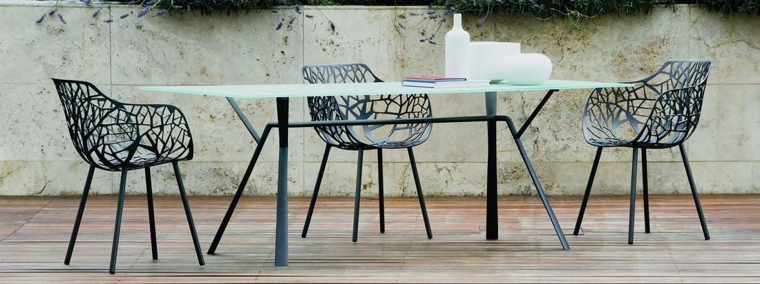 Fast ist ein italienischer Möbelhersteller. Der Forest Outdoor Stuhl und der Radice Quadra Esstisch bereichern die Terrasse dank ihres unverwechselbaren Designs.
