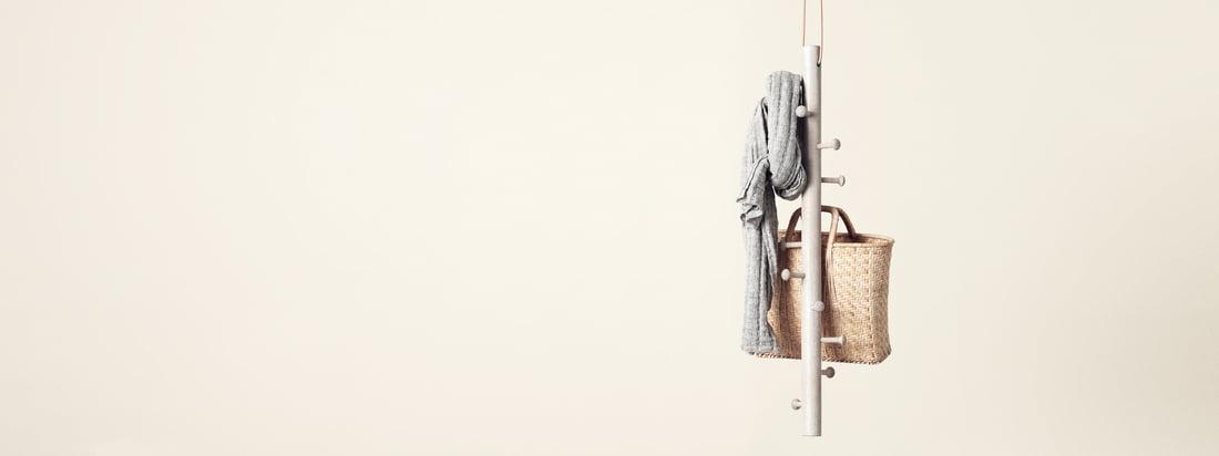 Copenhanger ist ein Designstudio aus Dänemark. An die schwebende Hängegarderobe aus Holz können Schals, Taschen und weitere Accessoires gehangen werden.