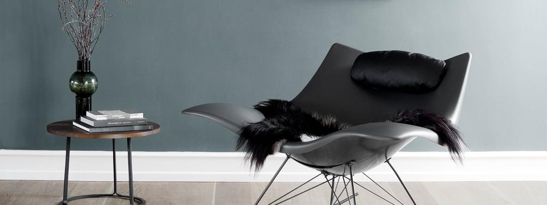 Fredericia ist ein dänisches Traditionsunternehmen. Passend zum aussergewöhnlichen Stingray Schaukelstuhl bietet der Hersteller ein Lammfell und ein Nackenkissen.