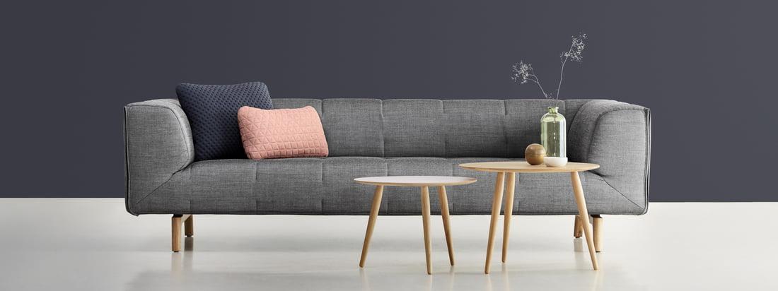 Design aus Dänemark: Sofa sowie kleiner und grosser Playround Beistelltisch vom Möbelhersteller bruunmunch im Shop. Ein bequemes, grau gepolstertes Sofa, das zum Entspannen einlädt.
