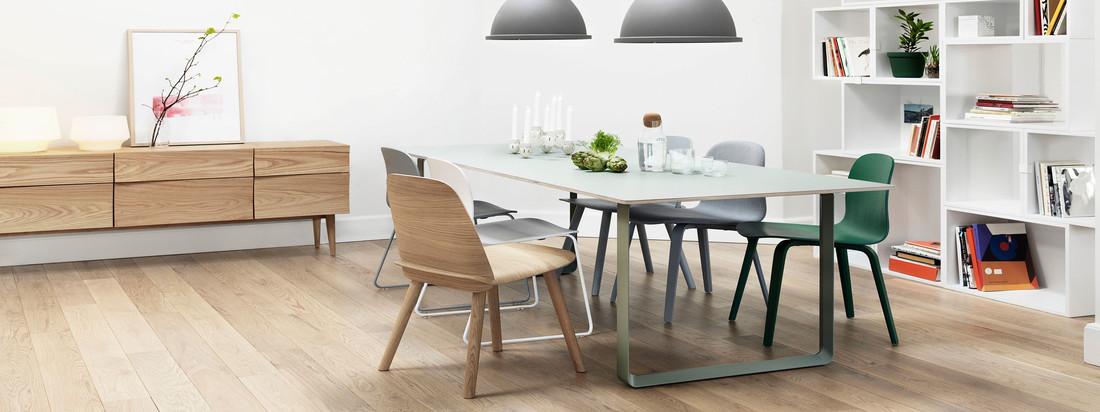 Der 70/70 Tisch in weiss von Muuto passt sich jeder Einrichtung an. Mit dem Nerd Stuhl und der Unfold Pendelleuchte in grau wird ein moderner und urbaner Akzent gesetzt.
