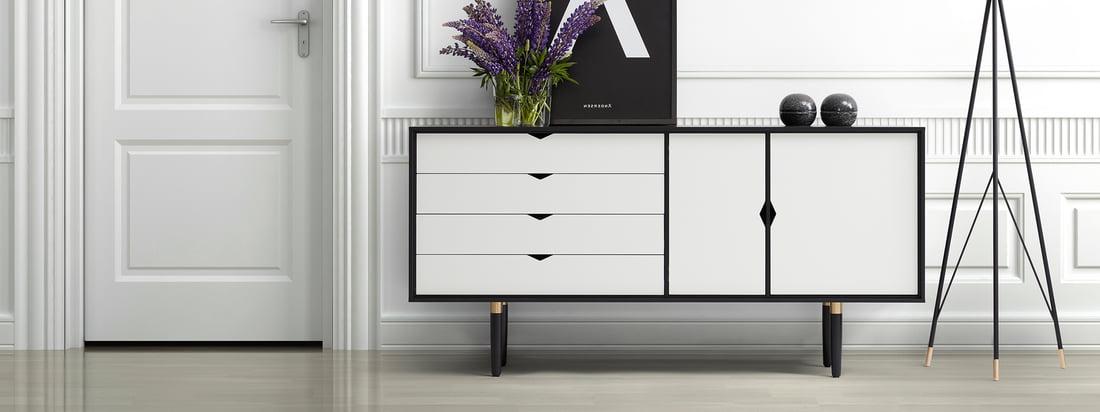 Andersen Furniture ist ein dänischer Möbelhersteller. Das S6 Sideboard besteht aus schwarzer Eiche und weissen Türen und Schubladen - ein eleganter Kontrast.