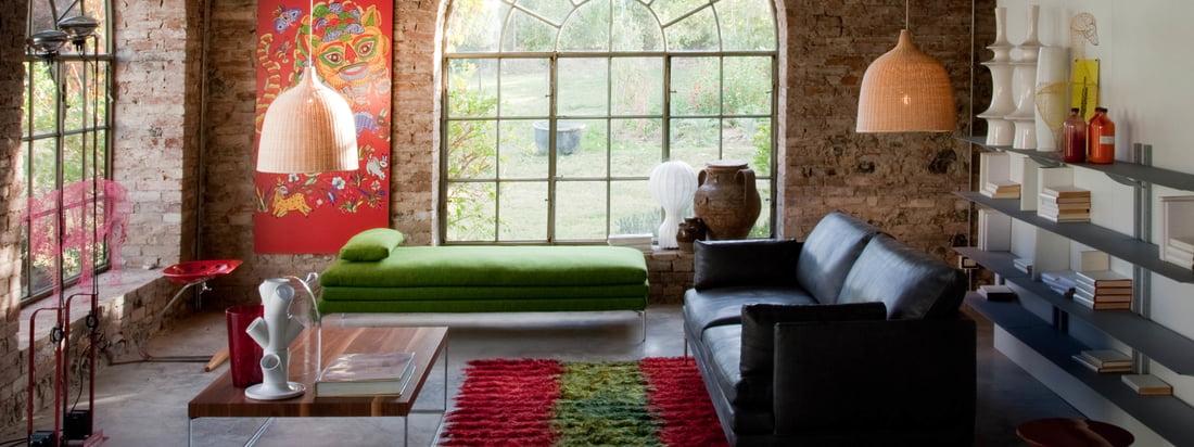 Die modernen Sitzgelegenheiten des italienischen Hersteller Zanotta fügen sich hervorragend zu dem gemütlichen Charme des rustikalen Altbaus. Der aufregende Mix aus Material vervollständigt das Interieur.