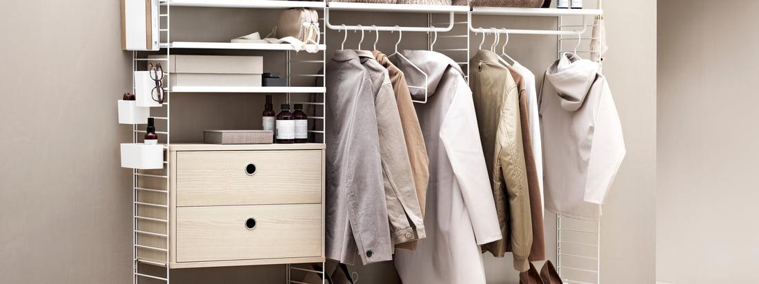 Das Regalsystem von String bietet viel Stauraum für Kleidung und andere Gegenstände. In einem angesagten Beigeton wirkt das Regalsystem besonders einladend.
