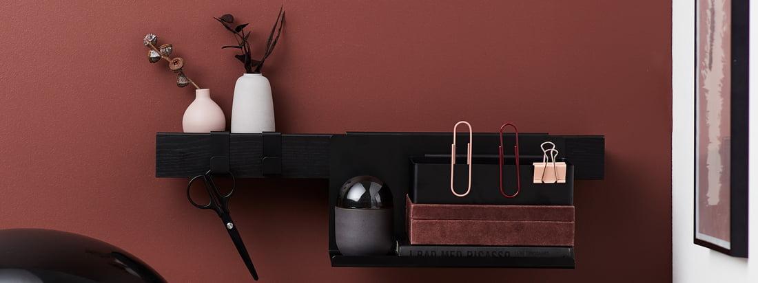 Die Flex Serie von Gejst in der Ambienteansicht. Mit dem passenden Zubehör, wie Ablagen und Haken, lässt sich die Flex Regalleiste wunderbar im Büro einsetzen.