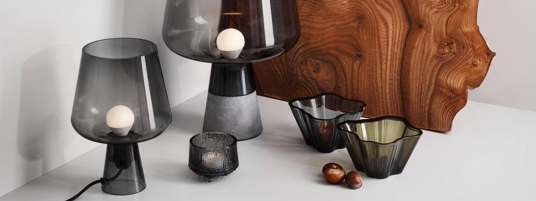 """Die Iittala - Leimu Leuchten, grau in der Ambienteansicht. Leimu, auf Deutsch """"Flamme"""", bringt das namensgebende, warme und behagliche Licht ins Wohnzimmer. Die ungewöhnliche Kelchform der Leuchte von Iittala überrascht, schon bevor das zweite spannende Detail sichtbar wird."""