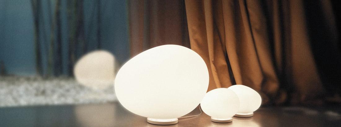 Die Foscarini - Gregg Tischleuchte in der Ambienteabbildung. Ob als elegante Hintergrundbeleuchtung im Wohnzimmer oder sanftes Licht auf dem Nachttisch, sorgt die Gregg Tischleuchte für eine angenehme Raumstimmung.