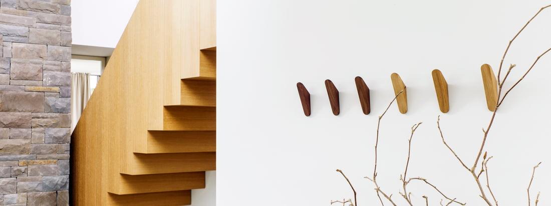 Cut Garderobenhaken von Schönbuch: Der Haken in Form eines spitz zulaufenden Dreiecks wird wahlweise aus Ulme, Eiche oder Nussbaum hergestellt und anschliessend geölt.