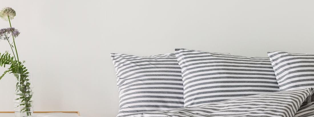 Mit dem Tasaraita Deckenbezug von Designerin Annika Rimala für Marimekko in Grau und Weiss hält das weltbekannte Streifenmuster von 1968 Einzug im Schlafzimmer.