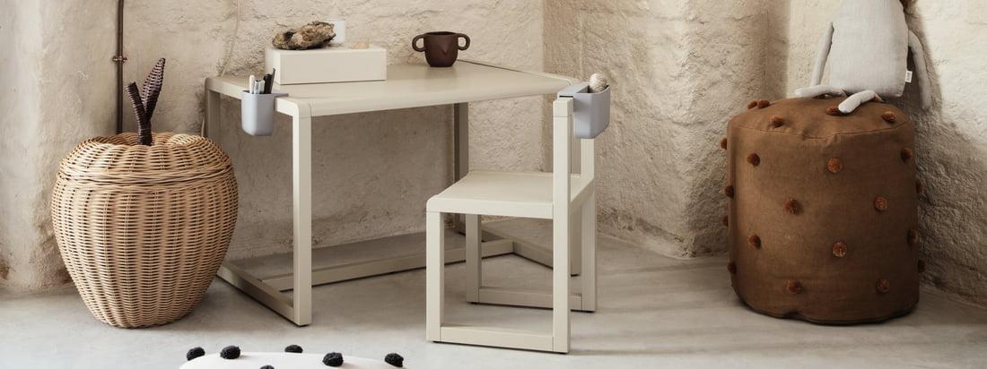 Der Kinderschreibtisch Little Architect von ferm Living ist Teil der gleichnamigen Kollektion, die Möbel und Accessoires versammelt, die den kleinen Architekten im Kind wecken sollen.