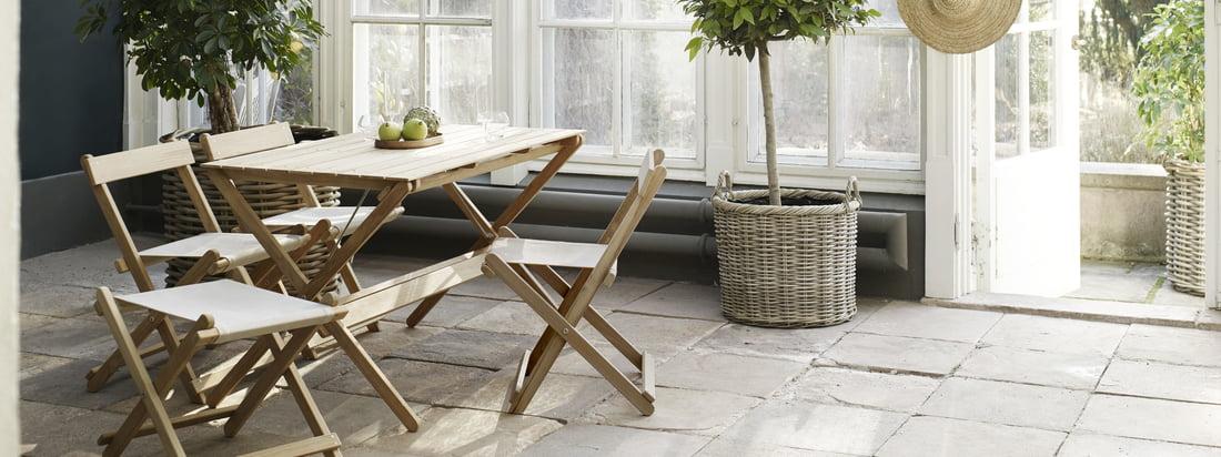Die Möbel für den Aussenbereich eigenen sich besonders gut für den Wintergarten. Die Gartenmöbel aus unbehandeltem Teak wurden entworfen von Børge Mogensen.