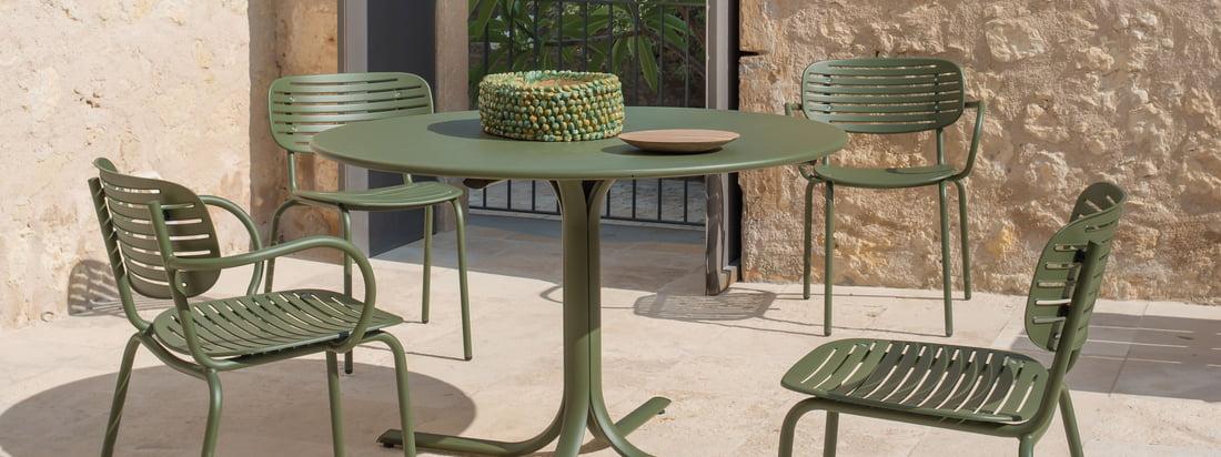 Mom Stuhl von Emu in der Ambienteansicht. Ein gemütliches Frühstück und entspannte Grillabende lassen sich auf dem Mom Stuhl von Emu verbringen. Zu mehreren engagiert, entsteht eine stilvolle Sitzecke.