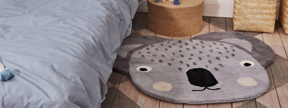 Der Kinderteppich Koala in den Massen 100 x 85 cm von OYOY in der Ambienteansicht. Vor dem Bett wird der Teppich zum praktischen Hingucker im Kinderzimmer.