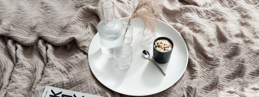Das weisse Corian Tray von yunic eignet sich hervorragend als Tablett für Tassen und Gläser, wie der Ripple Karaffe von ferm Living. (Copyright: Felix Sodomann - Wohnglück Hamburg)