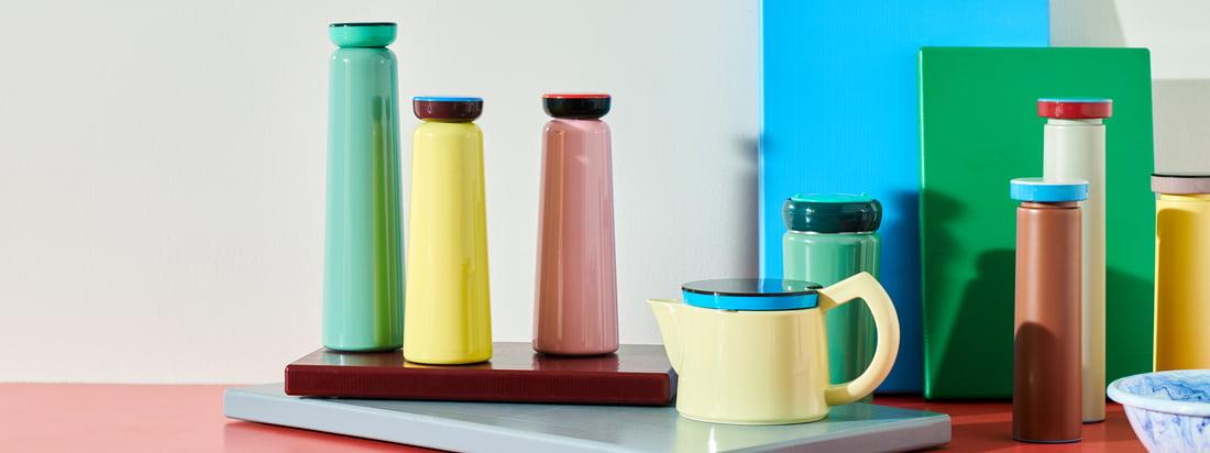 Die Produkte von George Sowden von Hay zeichnen sich durch ihre edlen und verspielten Farben aus. Besonders im Ensemble mit weiteren Stücken der Kollektion kommen die Kontraste besonders gut zur Geltung.