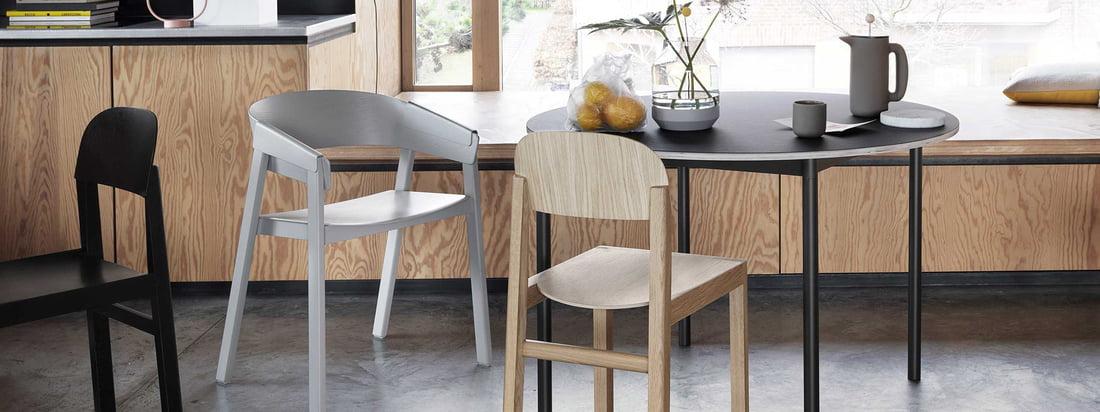 Der Muuto Cover Stuhl aus Holz mit schwarzem Tisch und grauem Stuhl für den Trend Japandi.