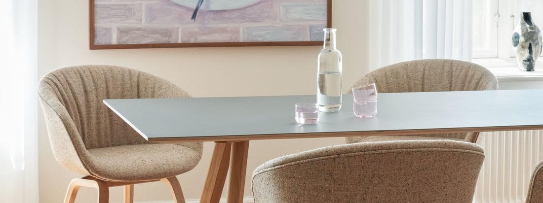 Durch seine schlichte Formsprache und das elegante Design fügt er sich der About A Chair AAC 23 Soft in der Variante Eiche matt lackiert / Vollpolster Bolgheri LGG60 in jeden Raum ein.