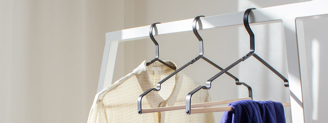 Die Connox Kleiderbügel in Schwarz mit Holzsteg passen nicht nur zur modernen Loop Garderobe von Hay. Auf dem eleganten Kleiderbügel können Hosen, Blusen und Jacken dekorativ aufgehängt werden.