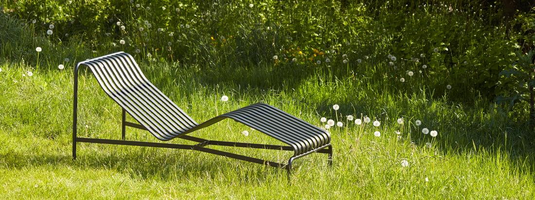 Die Outdoor Kollektion von Hay bringt skandinavischen Stil in den Aussenbereich- zum Beispiel mit der Palissades Serie mit ihren schicken Lamellen aus Stahl.