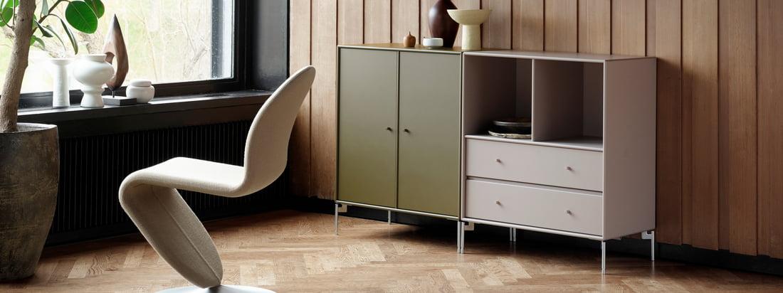 Cover Schrank mit Beinen, anthrazit von Montana in der Ambiente-Ansicht. Die unterschiedlichen Ausführungen diese Design-Schrankes lassen sich im Wohnzimmer hervorragend miteinander kombinieren.