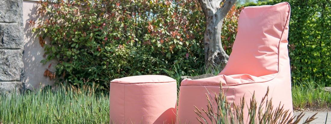 Der Chill Seat Outdoor und der Chill Seat Hocker Outdoor von Sitting Bull in der Ambienteansicht. Mit dem Hocker und dem Sitzsack lassen sich entspannte Stunden im Freien verbringen.