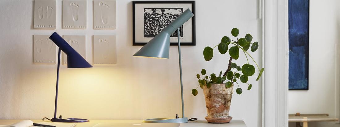 AJ Tischleuchte von Louis Poulsen in der Ambiente-Ansicht. Die kleine und die grössere Design-Tischleuchte können auf dem Schreibtisch kombiniert werden, ohne viel Platz einzunehmen.