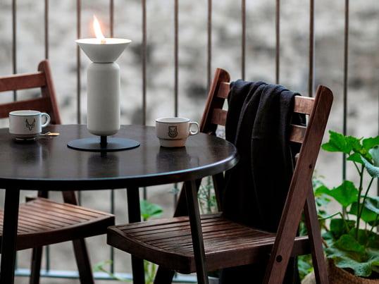 Das Balkon-Design der Firma Weishäupl weiss auch bei wenig Platz durch ihr schönes und funktionelles Design zu überzeugen. Wie hier mit dem Balcony Stuhl und dem Balcony Klapptisch in Teak.