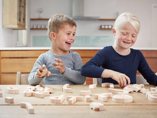 Die Alphabet-Blocks von Kay Bojesen sind eine Möglichkeit für Kinder, spielerisch das Alphabet zu lernen und mit Spass ein Gefühl für das Lesen und die Rechtschreibung zu entwickeln.