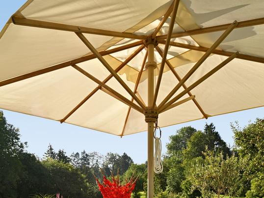 Der hochwertige Sonnenschirm von Skagerak ist in mehreren Grössen, Formen und Materialien erhältlich. Unter den weissen Segeln des Schirms findet man an heissen Sommertagen Schutz vor der Sonne.
