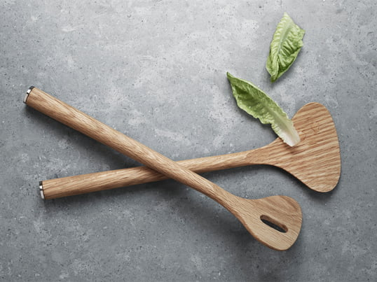 Das Alfredo Salatbesteck wurde vom Designer Alfredo Häberli als Teil der Alfredo Kollektion für Georg Jensen entworfen. Es besteht aus Eichenholz und die Enden sind mit eleganten Edelstahlplatten überzogen.