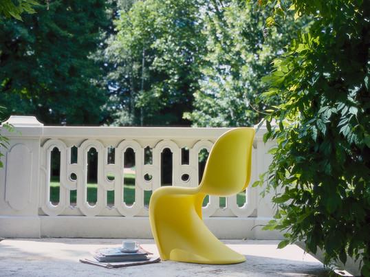 Der dänische Designer Verner Panton hat 1967 den gleichnamigen Panton Chair entworfen. Der Panton Chair von Vitra ist aus einem einzigem Stück in einer fliessenden Form konstruiert.