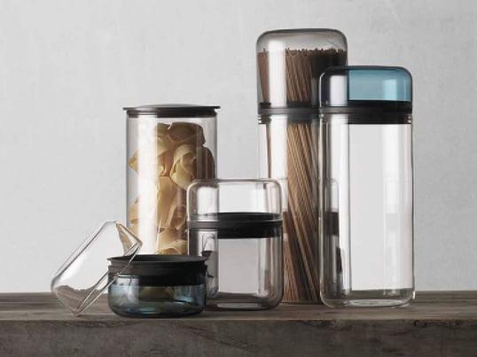 Juuri von Menu ist eine Aufbewahrungskollektion, die von der deutschen Nachwuchsdesignerin von Sarah Böttger entworfen wurde. Die Gläser sind hitzebeständig und luftdicht.