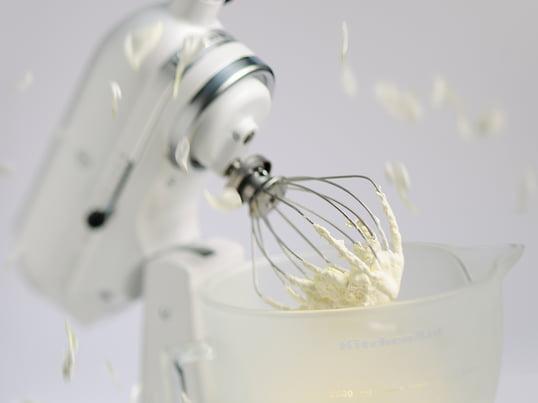 Die Classic Küchenmaschine 4,3l von KitchenAid ist eine qualitativ hochwertige Küchenmaschine. Ihre 4,3l fassende Schüssel ermöglicht schnelles und gründliches Kneten, Mischen und Rühren.