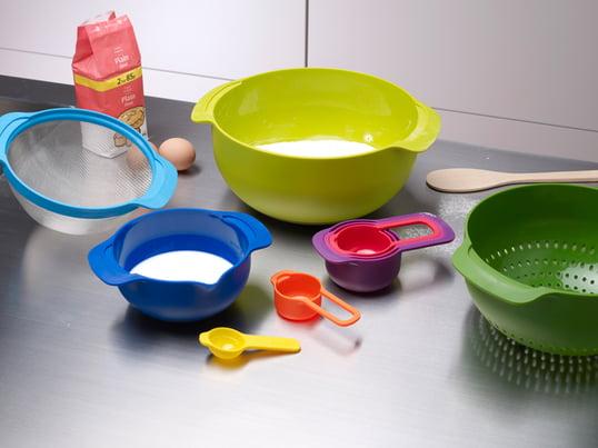 Das Nest 9 Plus Küchenset von Joseph Joseph besteht aus fünf Messbechern, zwei Rührschüsseln, einem Filtersieb und einem Abtropfsieb, welche einfach und platzsparend ineinander gesteckt werden können.