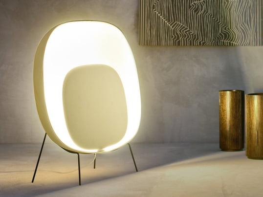Die Bodenleuchte Stewie Terra verströmt warmes, entspanntes und freundliches Licht. In klar und modern eingerichteten Räumen setzt die Lampe einen warmen, lebendigen Kontrast.