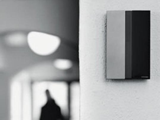 Die Jacob Jensen Türklingel entspricht genau der klaren Formensprache des weltbekannten Designers. Sie besteht aus einem Klingeldrücker und einem Signalgeber, der frei stehen oder wandmontiert werden kann.