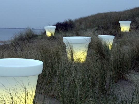 Der Bloom Pot kann problemlos im Innen- und im Aussenbereich verwendet werden. Wenn die Beleuchtung des Blumentopfs eingeschaltet ist, ist nur noch das Licht zu sehen und das Material wird dabei fast unsichtbar.