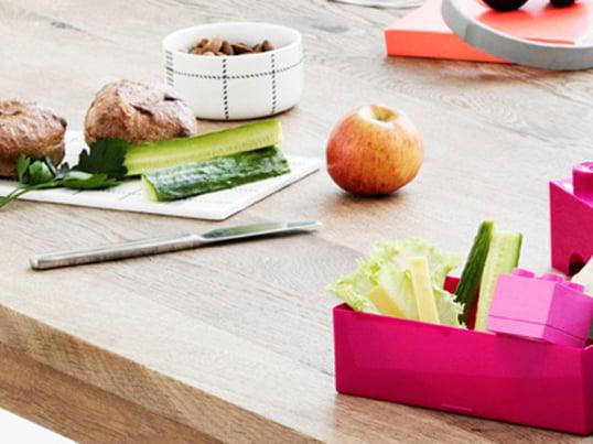 Lunchboxen machen es einfach und bequem selbstgemachtes Essen mitzunehmen und unterwegs zu essen. Viele der Brotdosen sind unterteilt, sodass Sie verschiedene Arten von Essen voneinander trennen können.