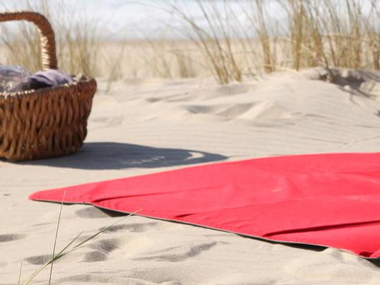 Finden Sie praktische und komfortable Picknickdecken, Strandmatten und Liegeunterlagen von namhaften Herstellern, wie Fatboy oder Menu im Connox Onlineshop.